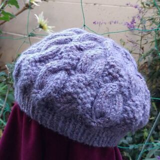 おしゃれなアラン模様ベレー帽を編みましょう!