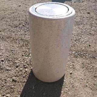 陶器製ゴミ箱