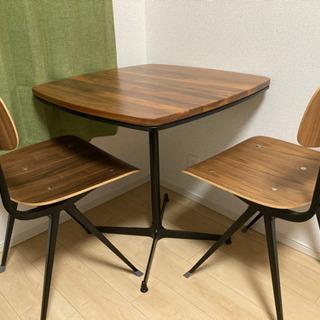 北欧産のダイニングテーブルとチェア2脚です
