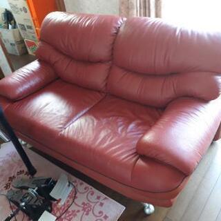 決まりました。赤いソファ