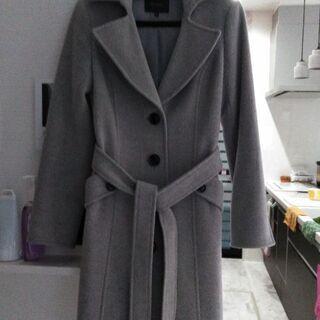 グレーのコートの画像