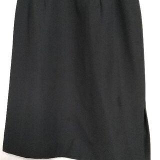 黒のタイトスカート。通勤などにいかがでしょうか。