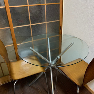 ガラスのテーブルと木製のイス2つ
