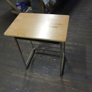 懐かしい旧い学校の机。経年のやれ、キズは愛嬌で。値引き御免。