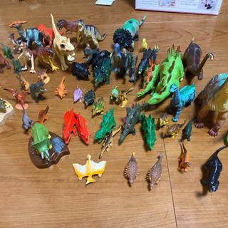 恐竜のフィギュアセットで!
