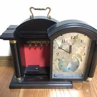 中に貴重品をしまえる飾り時計