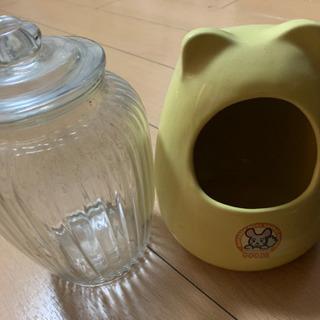 チンチラの壺とチンチラフード入れてた瓶