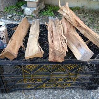 【在庫50kg程度】広葉樹の樹皮無し薪!長さ35cm。中太。含水...
