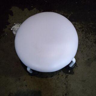 キャスター付き 丸椅子 4本足 ホワイト ③ 配送OK 早いもの勝ち 格安 引取歓迎 - 札幌市