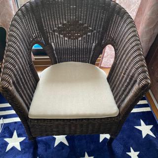 藤で編んだ椅子