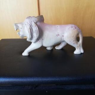 石のライオンの彫刻
