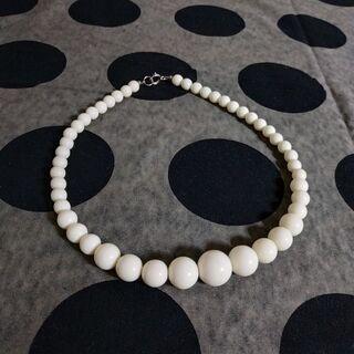 白い珠のネックレス
