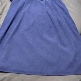 青の膝丈スカート