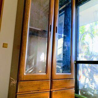 ガラス扉のしっかりした木製書庫