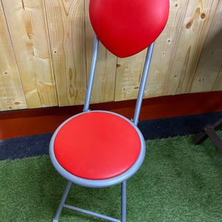 ハートの形が特徴的な折り畳み式椅子の画像