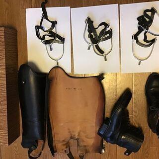 乗馬グッズ (チャップス、ブーツ、ズボン、プロテクターなど)