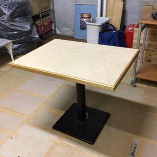 テーブル 足は頑丈な鉄製です