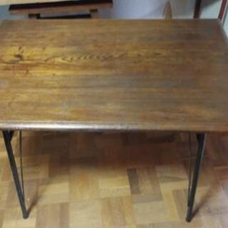 レトロなダイニングテーブルと椅子