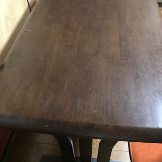 丁寧で頑丈な作りの「ダイニングテーブル」です。