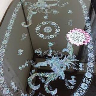 高価な螺鈿細工の座卓です。