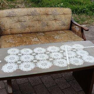 頑丈な作りのテーブルに長椅子