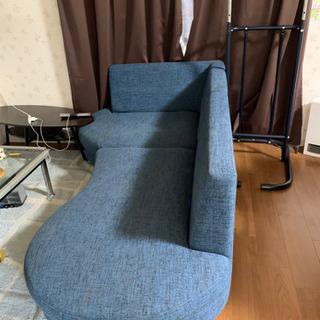 ちょい変わってるモダンな感じのソファです。