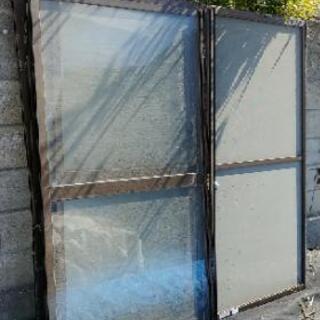 アルミ枠のガラス戸と網戸