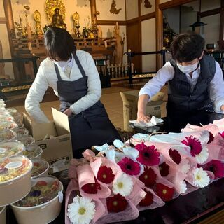 お花屋さんのタコライス弁当をお寺でお配り【シングルマザー応援企画】