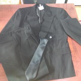 メンズの礼服スーツ、黒のネクタイ付き、クリーニング済です。の画像