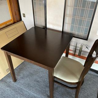 ダイニングテーブルと椅子一脚