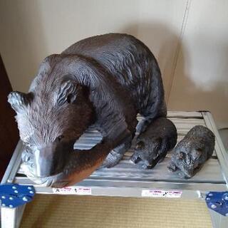 定番!熊が鮭をくわえた置物  小熊二匹付きです!可愛いいですよ!