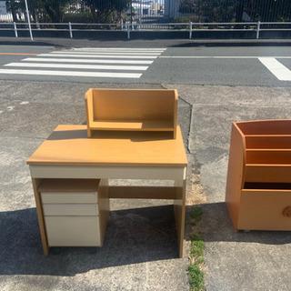 机と椅子のセットです。(横の本棚は含みません。)