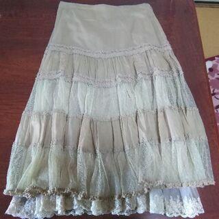 15号、レースたっぷりのスカートです。