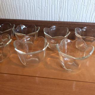プリンやゼリーを入れるガラスの入れ物