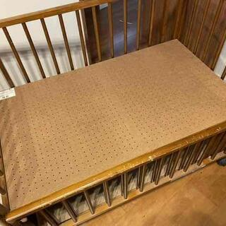 木製ベビーベッド 組み立て式です。