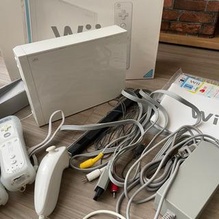 Wii 本体、コントローラー2個、ヌンチャクのセットです