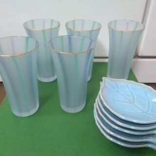 新品、細めのグラスと小皿、5個ずつセットです。
