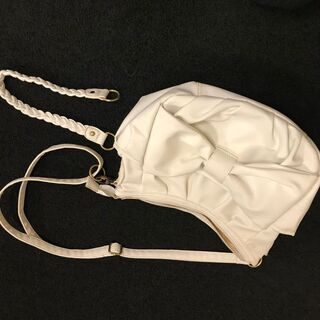 大きなリボンがアクセントな白のレザーバッグ