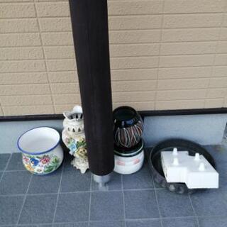花瓶と生け花用の器?