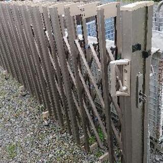 ゲート、門、アコーディオン門扉、伸縮門扉(中古)片開き長さ約5.5 m