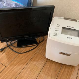 炊飯器と小型テレビの画像