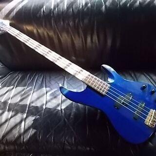 コバルトブルーのベースギター