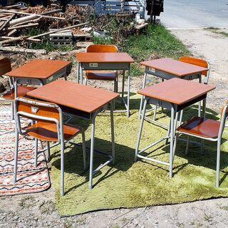 【ネット決済・配送可】【商談中】学校の机と椅子 3号 1セットで...