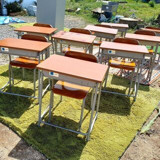学校の机と椅子 1セット1500円(残り1人分)