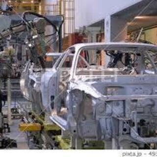 工場内での自動車部品の製造作業