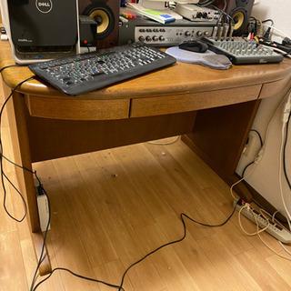 勉強机。大人っぽい木目のしっかりとした机です。