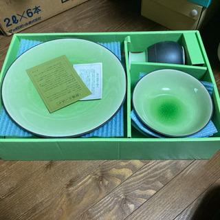 緑色がきれいなお皿のセット