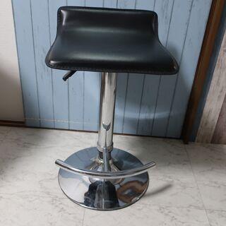 バーにあるようなガス圧で上下する椅子