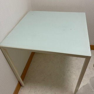 ガラステーブルと椅子一脚