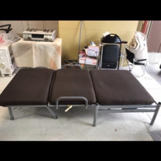 折り畳みベッド❗️リクライニング、キャスター付き✨畳んでソファーとしても使えます✨ブラウン - 豊橋市